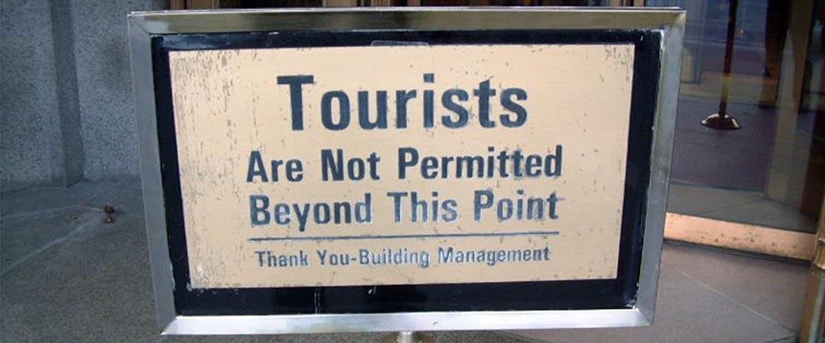 Туристи, через які з'явився цей знак