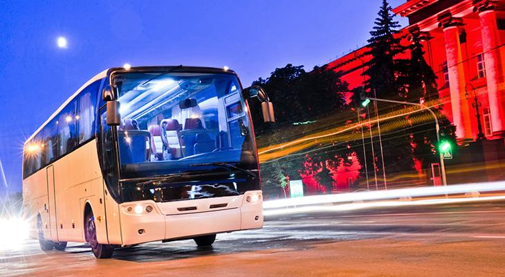 Nocny przejazd autobusem gwarantuje przyjemny chłód
