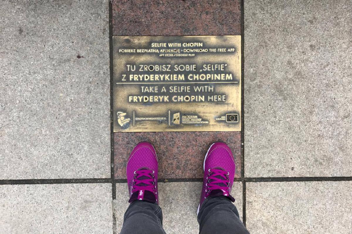 Табличка места, откуда можно сделать селфи с Фредериком Шопеном в Варшаве