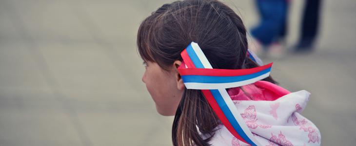 Лента с российским флагом в волосах девочки в День России